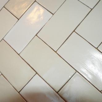 Visgraat tegel - Witte matte tegel ...